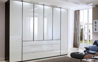 Černá šatní skříň se bílými skleněnými dveřmi EASTSIDE